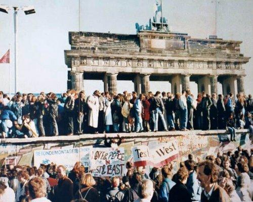 Menschen auf der Berliner Mauer 1989