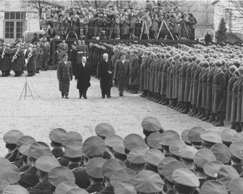 Nach Unterzeichnung der Pariser Verträge erhielt die BRD im Jahr 1955 die Souveränität zurück. Gleichzeitig erfolgte mit der neugegründeten Bundeswehr die Wiederbewaffnung