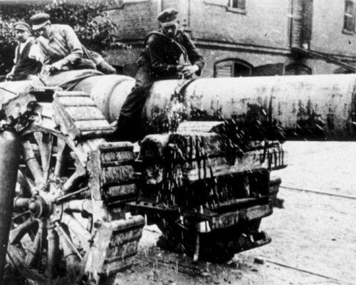 """Aufgrund der Bedingungen des """"Versailler Vertrags"""" musste Deutschland schwere Waffen abrüsten und sein Militär auf 100.000 Mann reduzieren"""