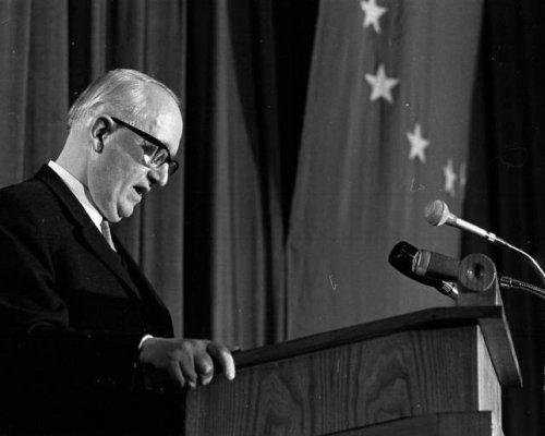 """Mit der von Außenminister Walter Hallstein verkündeten """"Hallstein-Doktrin"""" (1955) drohte die BRD denjenigen Staaten, die die DDR völkerrechtlich als Staat anerkannten, mit dem Abbruch diplomatischer Beziehungen"""