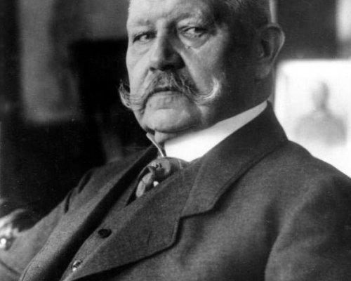 """Der Reichspräsident (seit 1925 Paul von Hindenburg) konnte mit Artikel 48 zeitweise die Grundrechte außer Kraft setzen. Diese mächtige Funktion des """"Ersatzkaisers"""" wurde seit 1930 zum Problem für die parlamentarische Demokratie"""