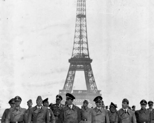 Hitler vor dem Eifelturm Paris