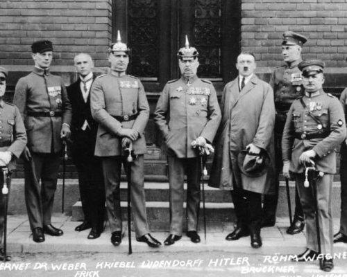 """Der verhaftete Adolf Hitler vor Beginn seines """"Hochverratsprozess"""" im Jahr 1924"""