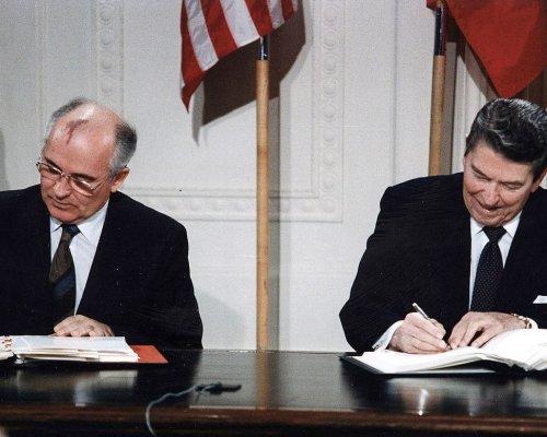 Im Jahr 1987 einigten sich Michail Gorbatschow (Sowjetunion) und Ronald Reagan (USA) im INF-Vertrag auf eine allgemeine Abrüstung