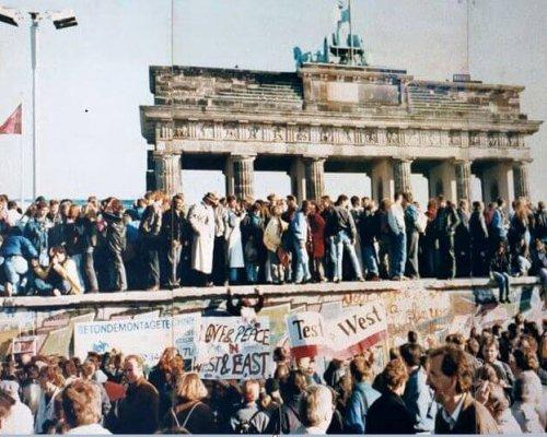 """Nach dem """"Mauerfall"""" am 9. November 1989 neigte sich die deutsche Teilung ihrem Ende zu und mündete am 3. Oktober 1990 in die Wiedervereinigung"""