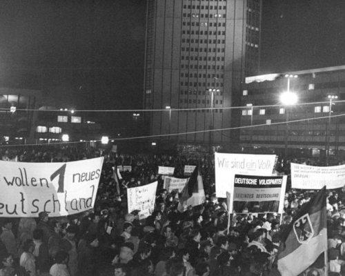 """Seit Oktober 1989 nahmen im Rahmen der """"Montagsdemonstrationen"""" die Proteste der DDR-Bürger gegen die politischen Verhältnisse zu"""