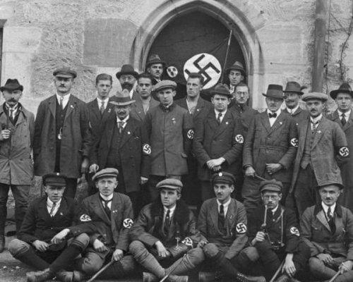 Die NSDAP erhielt seit der Weltwirtschaftskrise 1929 immer mehr Zulauf und entwickelte sich bis 1932 zur stärksten politischen Kraft im Reichstag