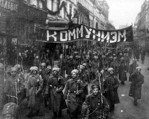 Seit der Oktoberrevolution der Bolschewiki (1917) entwickelte sich Russland (seit 1922 Sowjetunion) zu einem sozialistischen Staat. Nach 1945 stieg die Sowjetunion zur Supermacht auf