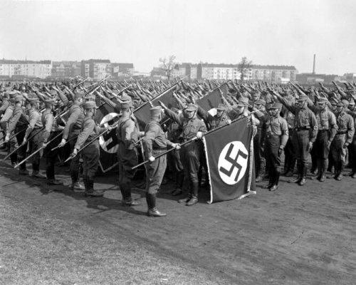 In den frühen 1930er Jahren nahm der Straßenterror der Privatarmeen (hier im Foto SA) zu. Das Vertrauen in das staatliche Gewaltmonopol ging verloren