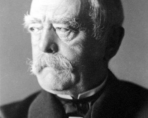 Reichskanzler Otto von Bismarck (1871 - 1890) installierte ein absicherndes Bündnissystem, um Frankreich zu isolieren und so einem möglichen Krieg zu entgehen