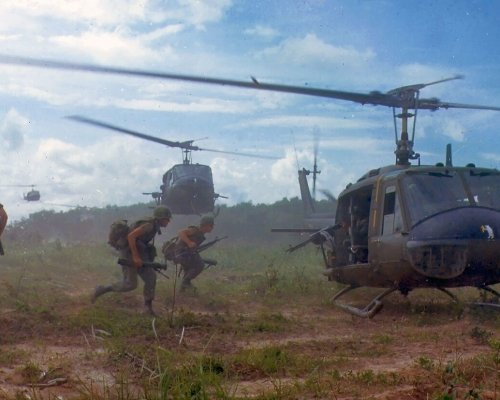 """Seit 1964 beteiligten sich die USA am Vietnamkrieg. Von dort mussten sie sich aufgrund des Widerstandes der """"Vietcong"""" im Jahr 1973 erfolglos zurückziehen"""