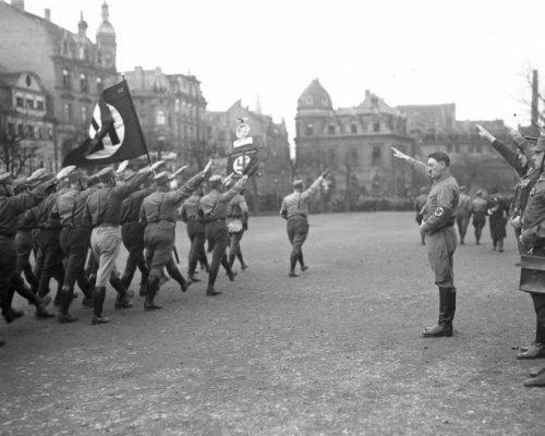 In den frühen 1930er Jahren gewannen links- und rechtsextreme Parteien (KPD und NSDAP) zunehmend an Einfluss und führten den Untergang der Weimarer Republik herbei